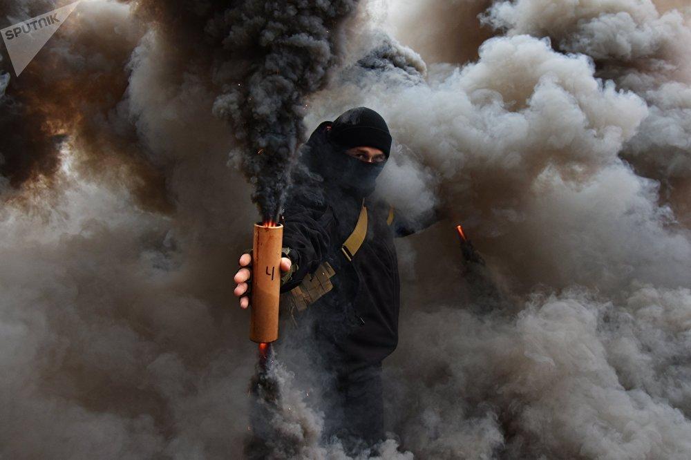 Бийликтин аракетсиздигине нааразычылык акциясынын катышуучусу. Украина, Львов шаары