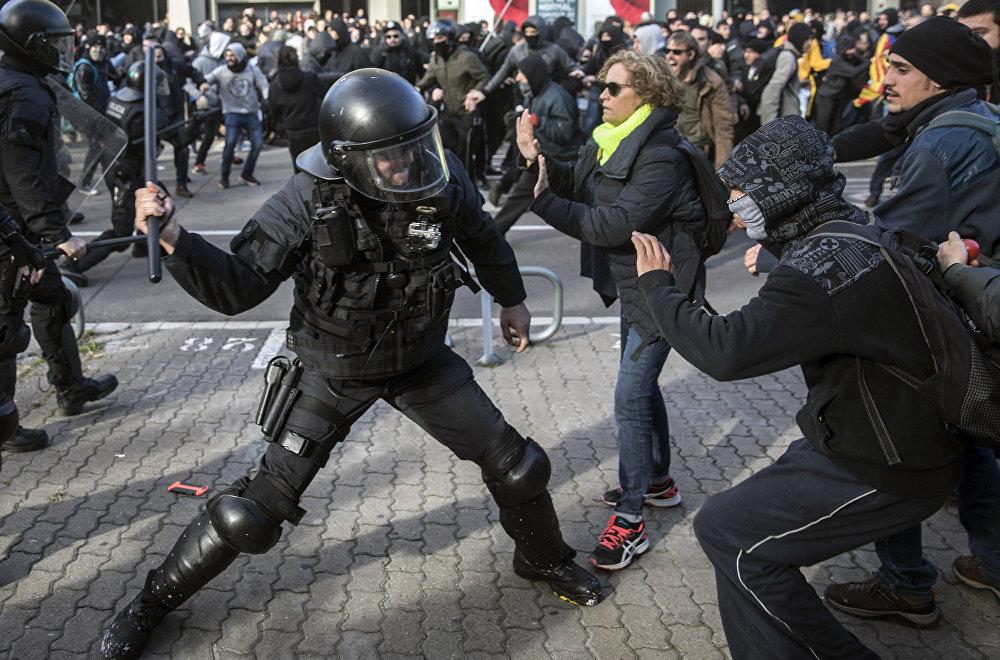 Барселонада Каталониянын көз карандысыздыгы үчүн күрөшкөндөр менен полициянын ортосунда чыккан тиреш