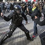 Столкновения между полицией и протестующими в Барселоне