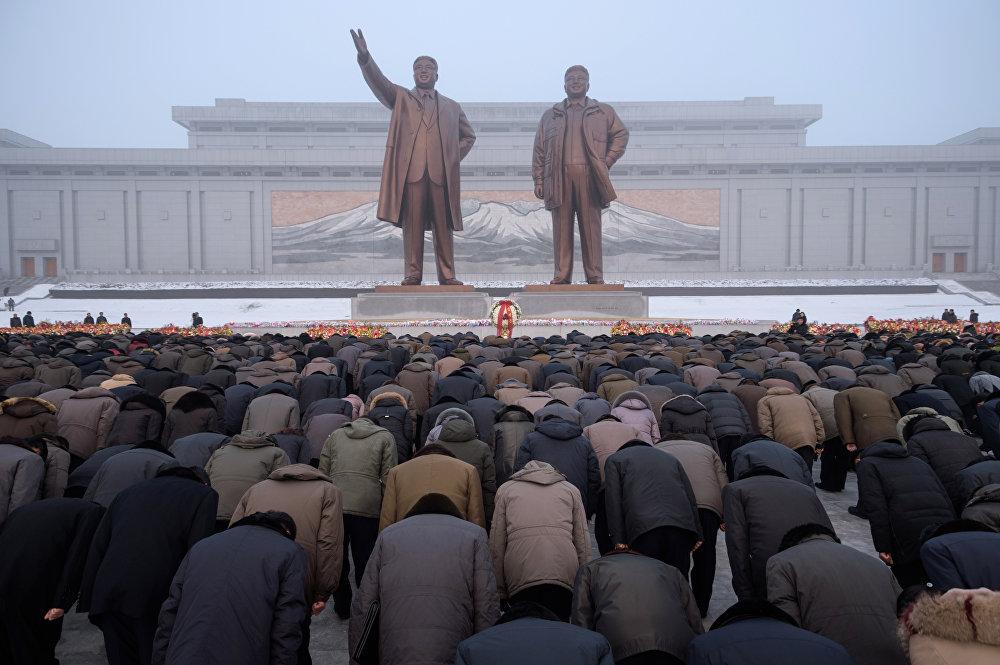 Пхеньян шаарынын тургундары Ким Чен Ирдин өлгөн күнүн белгилеп жатат