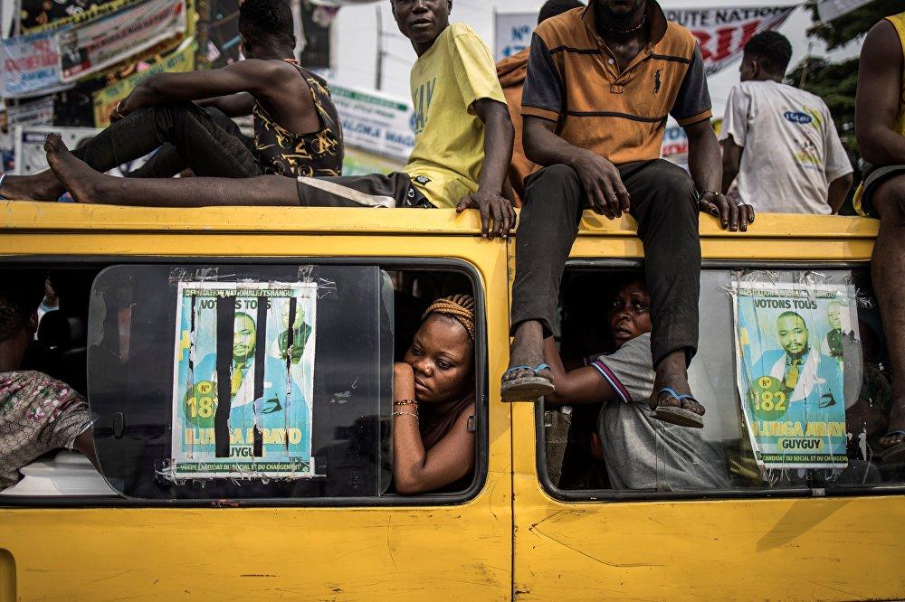 Конгонун Киншаса шаарынын тургундары оппозициянын нааразычылык акциясын карап отурат
