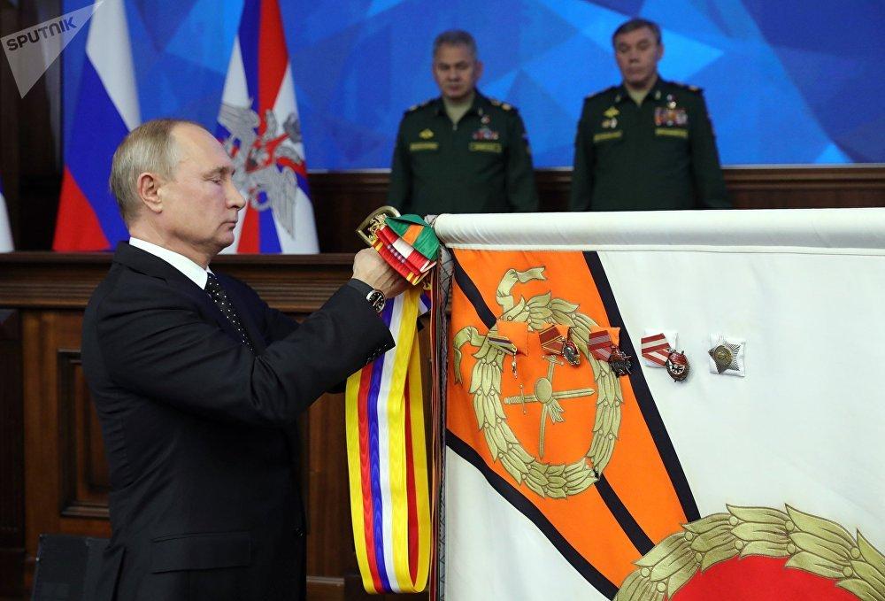 Россия президенти Владимир Путин Чыгыш аскер округуна сыйлык тапшыруу маалында