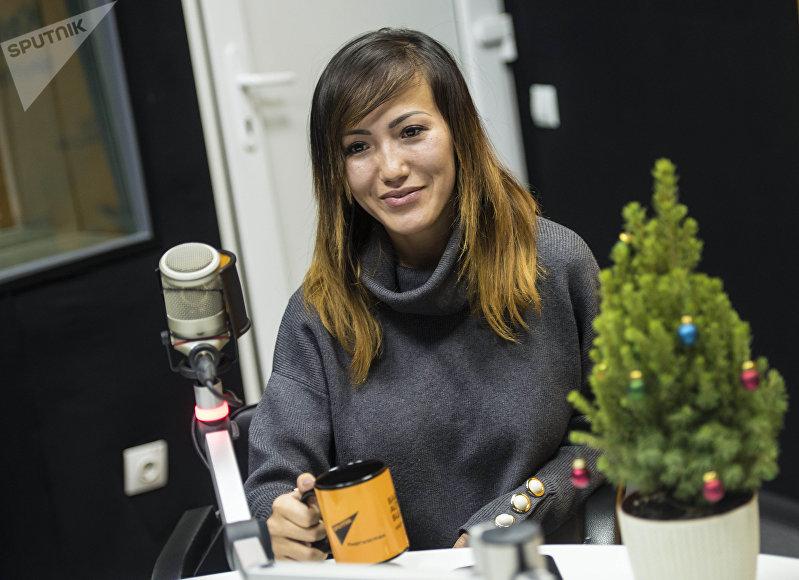 Визажист Айлин Дүйшенбиева во время беседы на радио Sputnik Кыргызстан