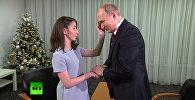 До мурашек — слепая девушка потрогала лицо Путина и сказала, какой он. Видео