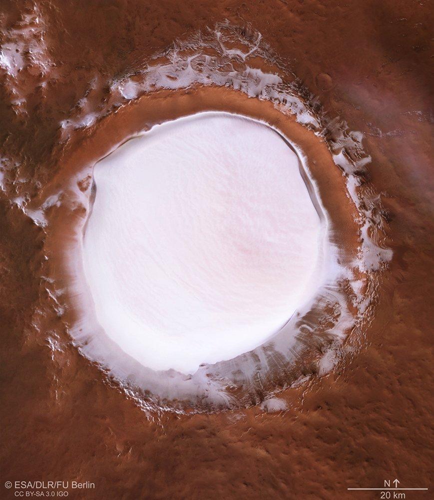 Марсианский кратер Королева, заполненный замерзшей водой