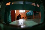 Заключенная в своей камере в женской исправительной колонии. Архивное фото