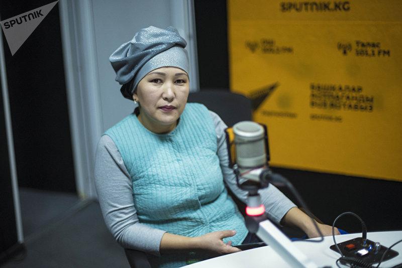 Дизайнер Мунара Расулова во время беседы на радио Sputnik Кыргызстан