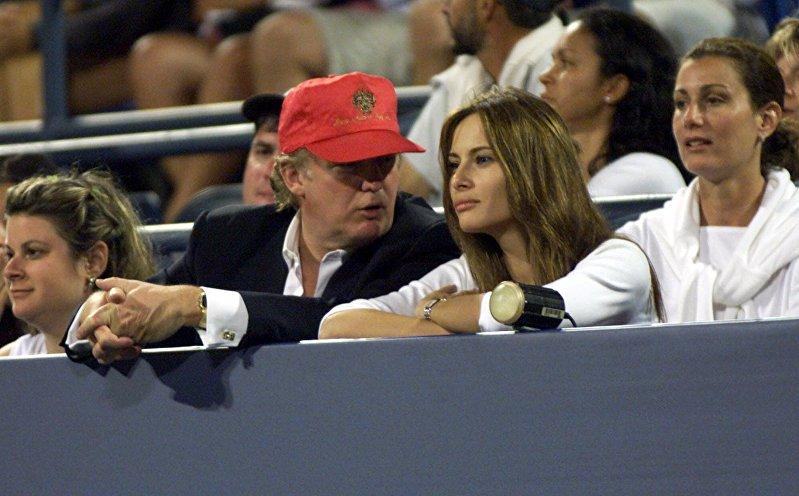 Дональд Трамп и Мелания Кнаусс смотрят турнир по теннису в США в Нью-Йорке. 4 сентября 1999 года
