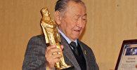 Кыргыздан чыккан залкар инсандардын бири болгон белгилүү драматург, сценарист, жазуучу Казат Акматовдун архивдик сүрөтү