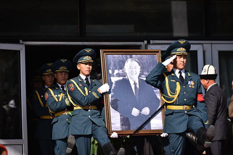 Солдаты выносят портрет Казата Акматова