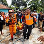 Последствия цунами в Карите. Индонезия