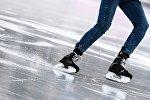 Девушка катается на коньках. Архивное фото