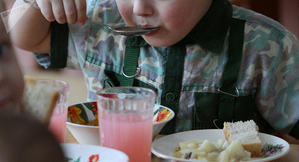 Мальчик за обедом. Архивное фото