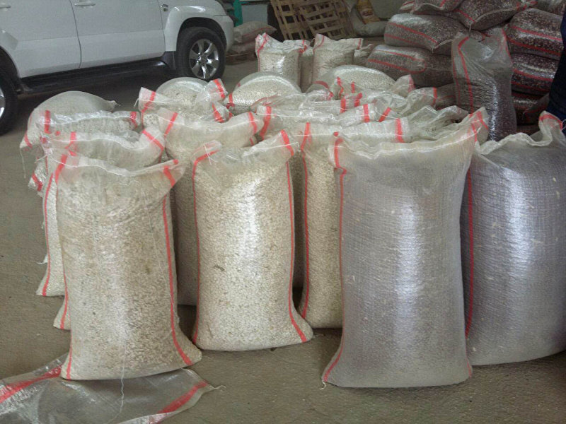 Мешки фасоли в на местах оптовой продажи в Таласской области