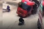 Грузовик чуть не расплющил мужчин на скутере — видео из Китая