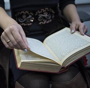 Девушка читает книгу. Архивное фото
