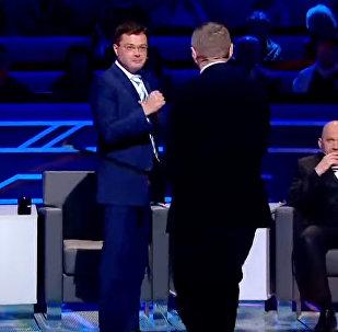 Украинского депутата уложили на лопатки во время телеэфира. Видео драки