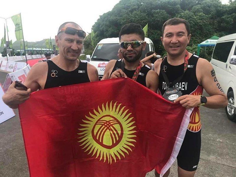 Бронзовый призер чемпионата Азии по триатлону, незрячий спортсмен Жалалдин Абдувалиев с коллегами после соревнования