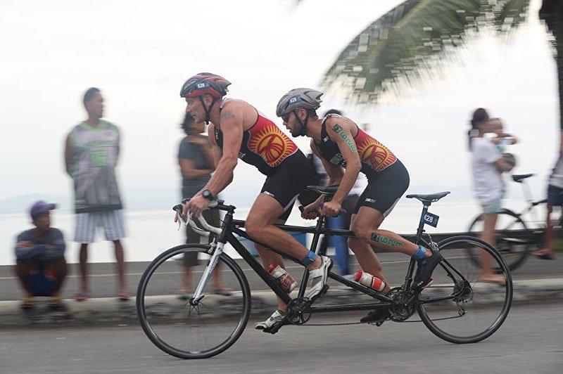 Бронзовый призер чемпионата Азии по триатлону, незрячий спортсмен Жалалдин Абдувалиев во время соревнований
