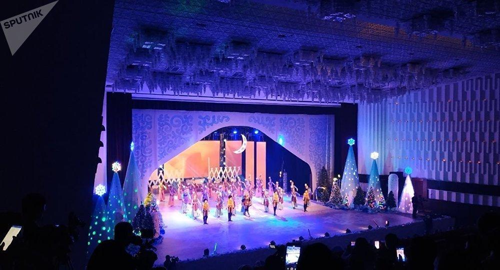 Кыргыз улуттук филармониясында президент Сооронбай Жээнбековдун катышуусунда Жаңы жылдык балаты өтүп жатат.