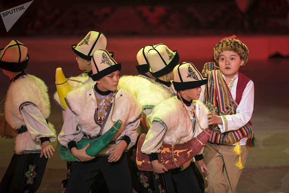 Жаңы жылдык балатыда Чыңгыз Айтматовдун чыгармасындагы Бугу эненин окуясы сахналаштырылган
