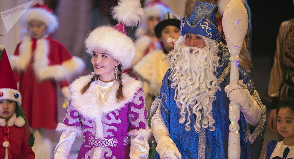 Дед Мороз и Снегурочка. Архивное фото