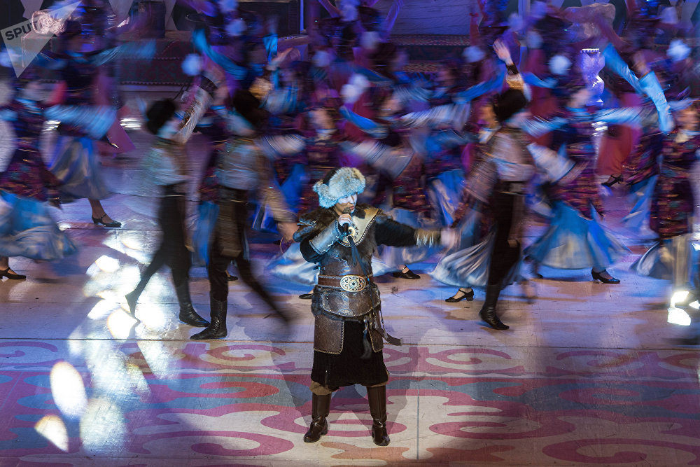 КР эмгек сиңирген артисти Мирбек Атабеков Мурас ырын аткарганда залда отурган балдар ордунан тура калып бийлешти