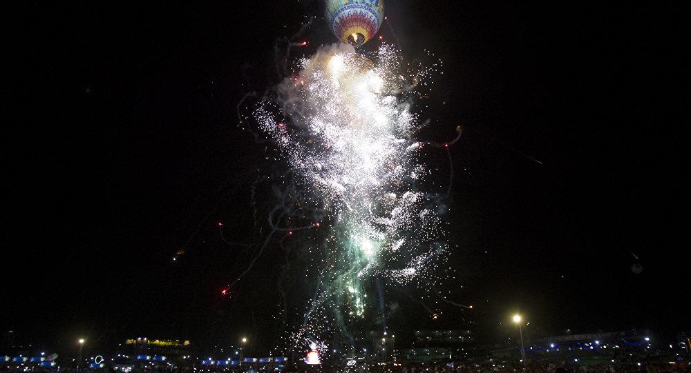 Фейерверки взрываются во время конкурса на воздушных шарах в Таунгги. южный штат Шан, Мьянма. На этом снимке 17 ноября 2018 года