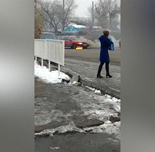 Бишкекте жеңил унаа өрттөнүп кетти. Жеринен тартылган видео