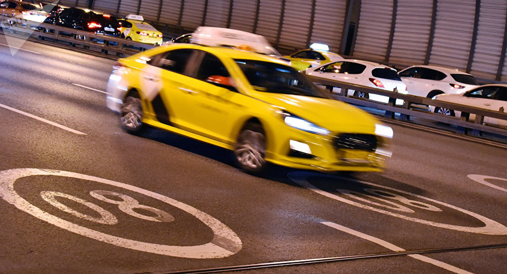 Автомобиль такси в Москве. Архивное фото