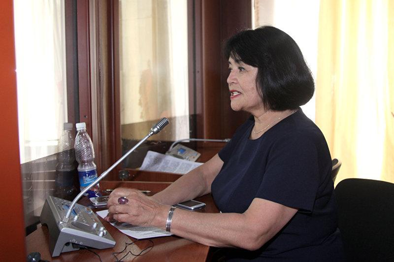 Заведующая отделом лингвистической экспертизы аппарата Жогорку Кенеша Жумагул Карагулова во время работы
