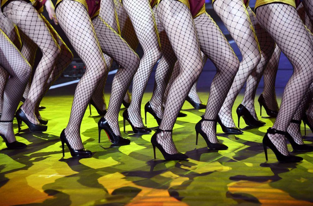 Горячие танцы девушек в пикантных чулках