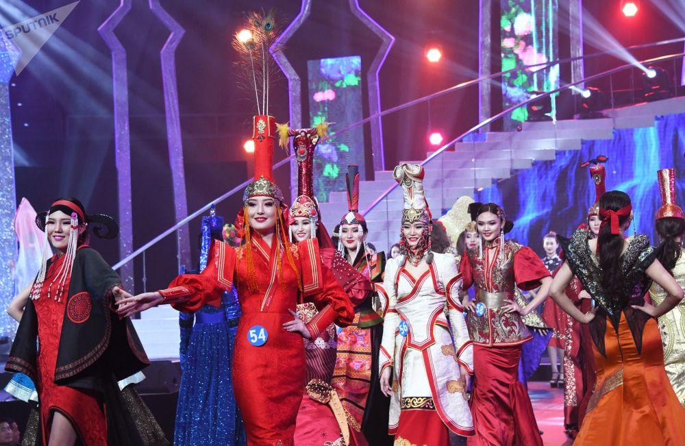 Азиатские красавицы в национальных нарядах