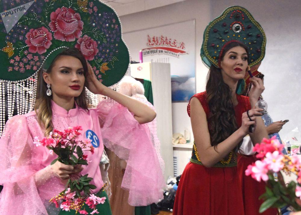 Девушки в гримерке перед началом шоу