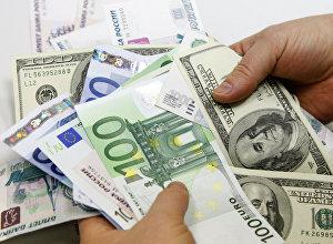 Денежные купюры: доллары США, евро, рубли. Архивное фото