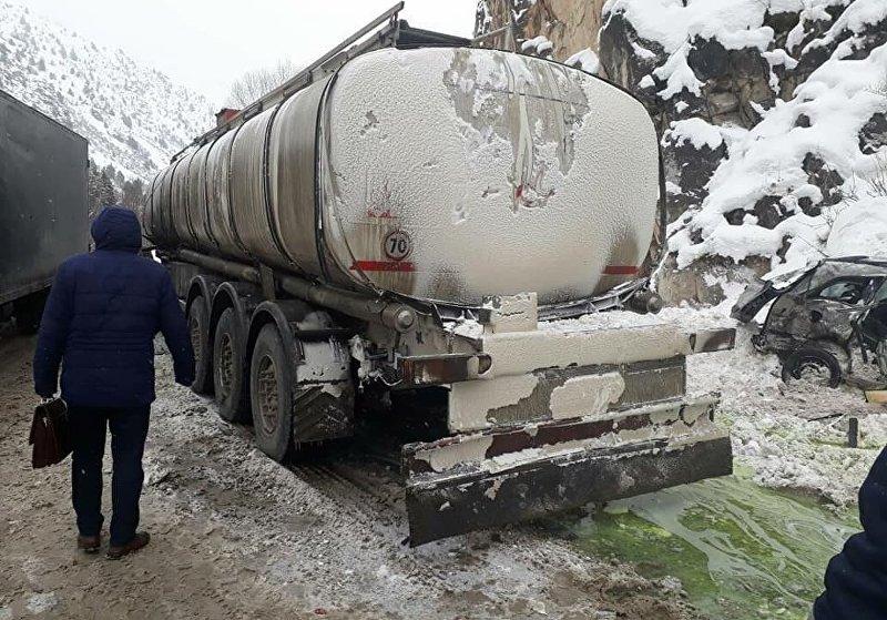 Столкновение грузовика и легкового авто в ущелье Чычкан