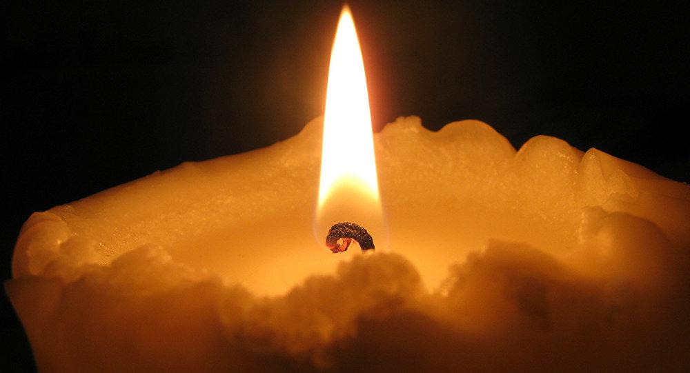 Свеча горит в темноте. Архивное фото