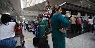 Пассажиры в международном аэропорту имени Ататюрка в Стамбуле. Архивное фото
