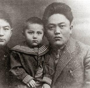Советский государственный и политический деятель, первый Председатель Совета Народных Комиссаров Киргизской АССР Юсуп Абдрахманов (справа). Архивное фото