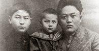 Советский государственный и политический деятель, первый Председатель Совета Народных Комиссаров Киргизской АССР Юсуп Абдрахманов с детьми