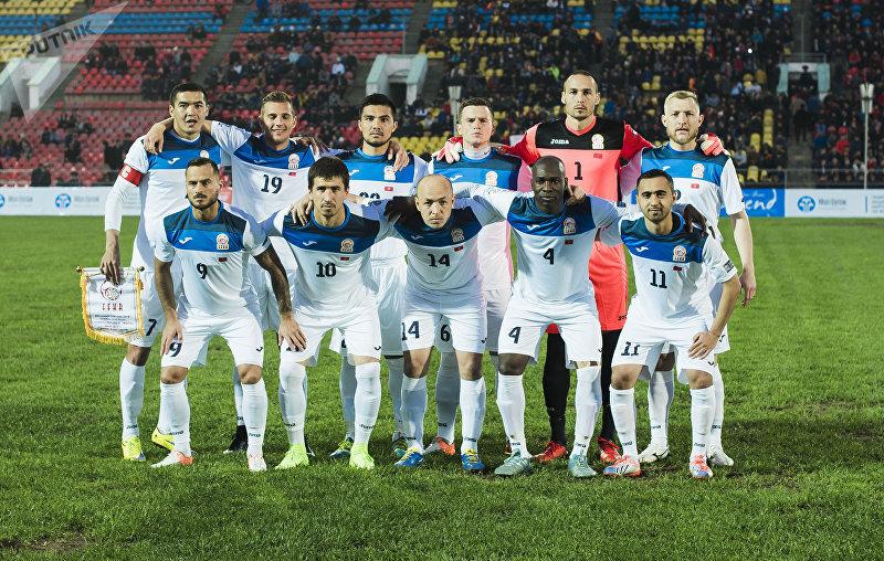 Футболисты сборной Кыргызстана до начала матча против Макао в рамках отборочного раунда Кубка Азии по футболу в Бишкеке