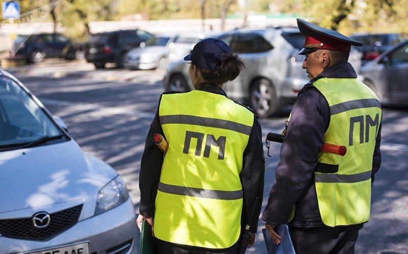 Сотрудники патрульной милиции во время патрулирования в Бишкеке