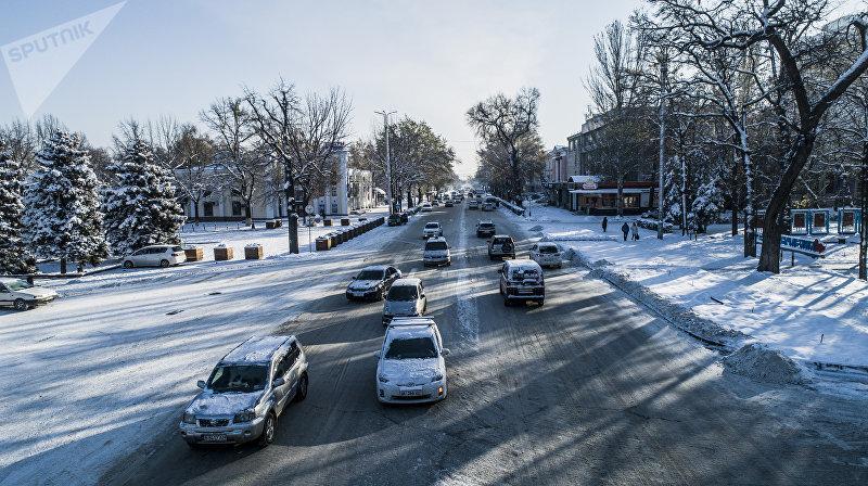 Автомобили на проспекте Чуй в Бишкеке