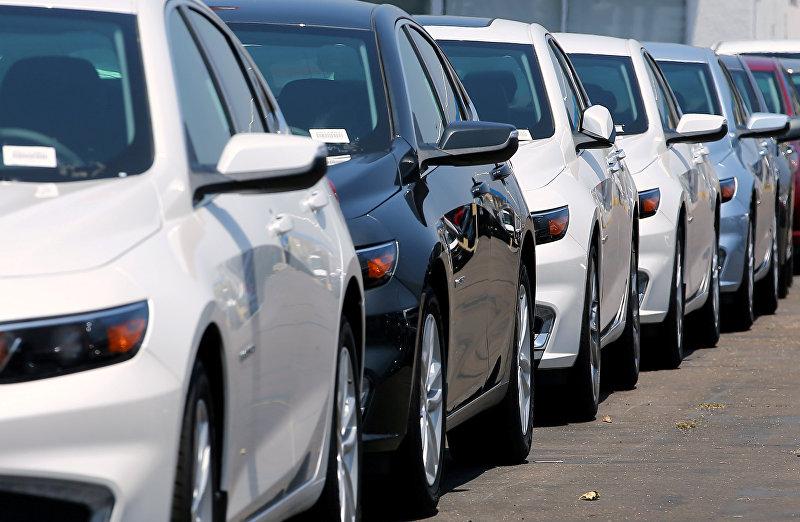 Новые автомобили выставленные на продажу в представительстве Chevrolet в Национальном городе, Калифорния. США, 30 июня 2017 года