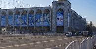 Автомобили едут по проспекту Чуй в Бишкеке. Архивное фото
