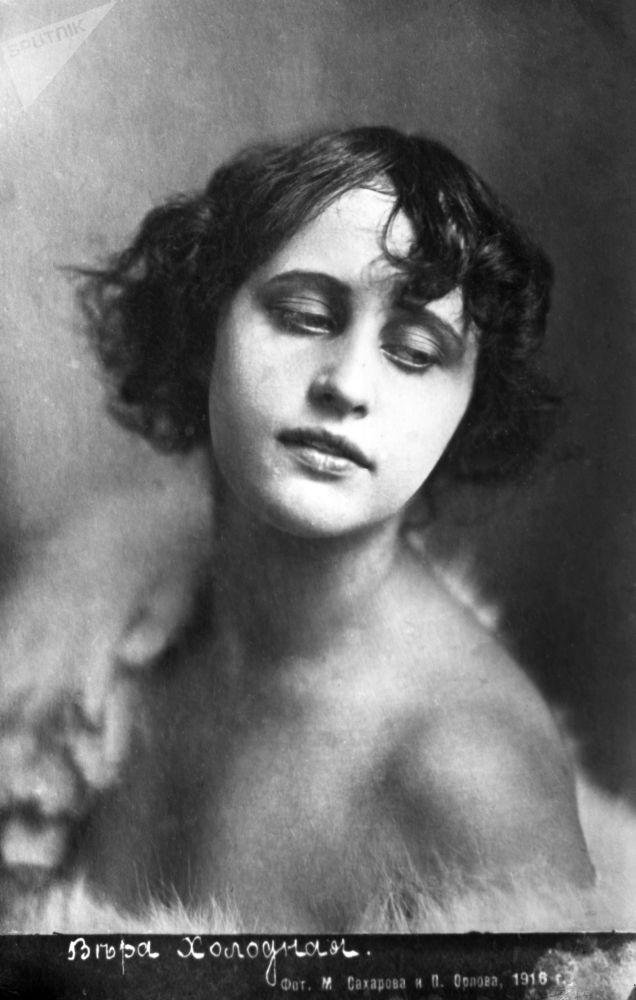 Вера Холодная (годы жизни 1893-1919), актриса немного кино. Снимок датирован 1916 годом.