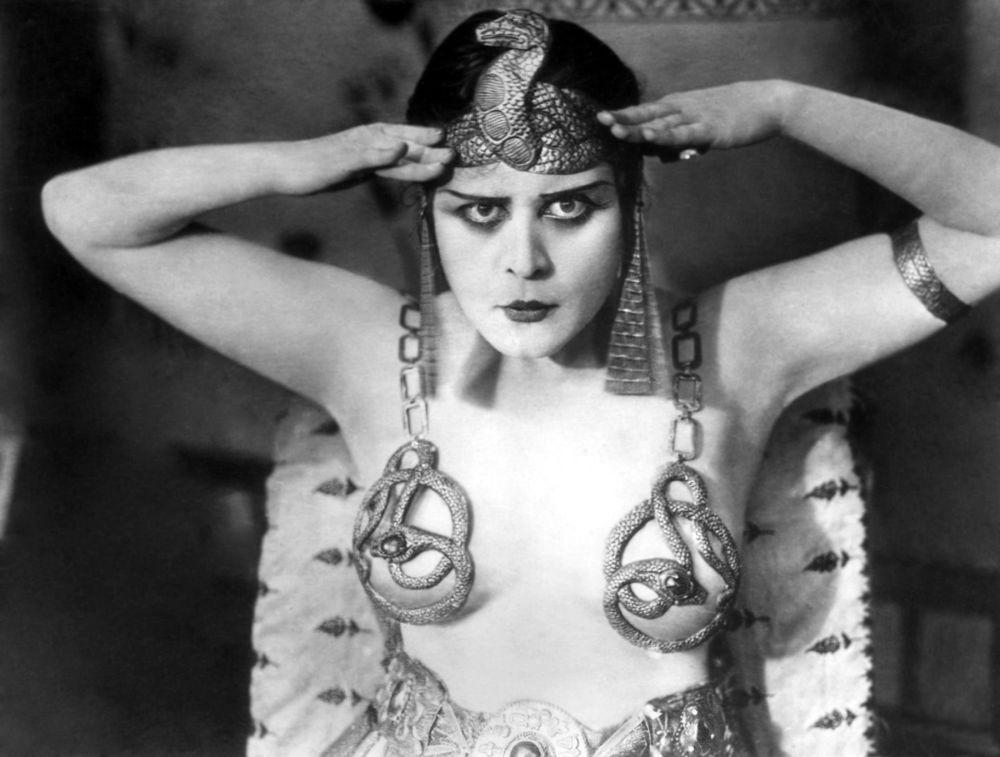 Звезда немого кино и секс-символ конца 1910-х годов американка Теда Бара в фильме Клеопатра, 1917 год. Ее настоящее имя Теодора Бара Гудман. Снялась в нескольких десятках картин.