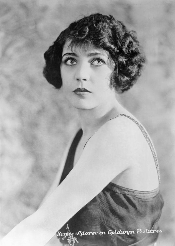 Американская звезда немого кино французского происхождения Рене Адоре, 1922 год. Она также снималась и звуковом кино, в отличии от многих других звезд. Удостоены звезды на Голливудской аллее Славы