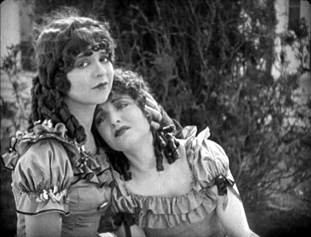 Американская актриса, звезда немого кино и секс-символ 1920-х годов Клара Боу. Также удостоены звезды на Голливудской аллее Славы. В свое время многие подражали ее манере красить губы.