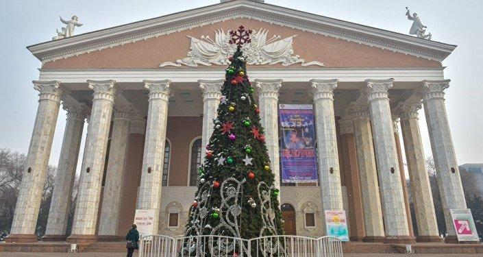 Академиялык опера жана балет театрынын алдына 10 метрлик балаты орнотулган